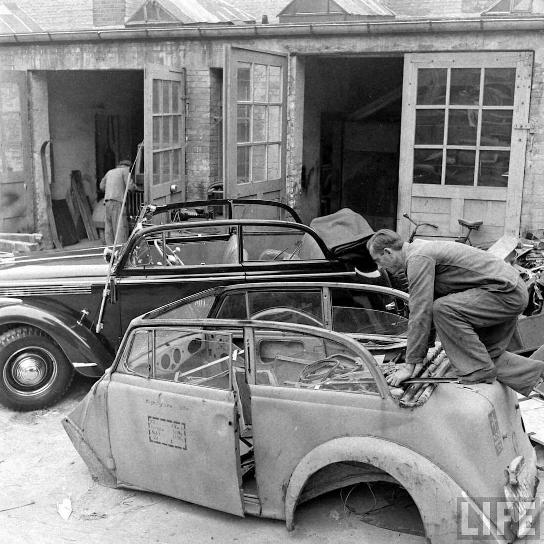 Opel Olympia Cabrion korihylsy metallipajan pihalla. Kuva: Walter Sanders/Life.