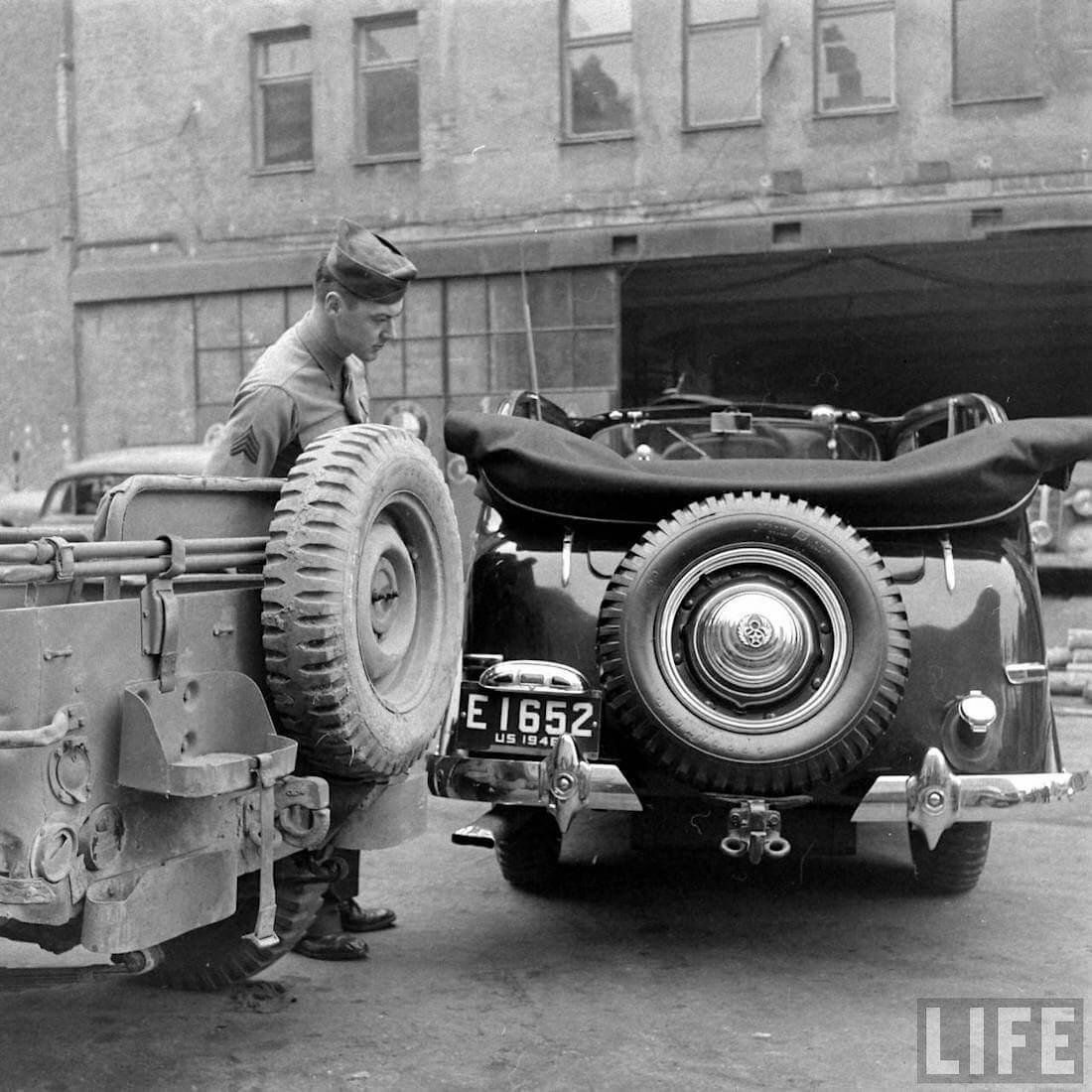 Sotilas katsoo 1946 Willys maasturia. Kuva: Walter Sanders/Life.
