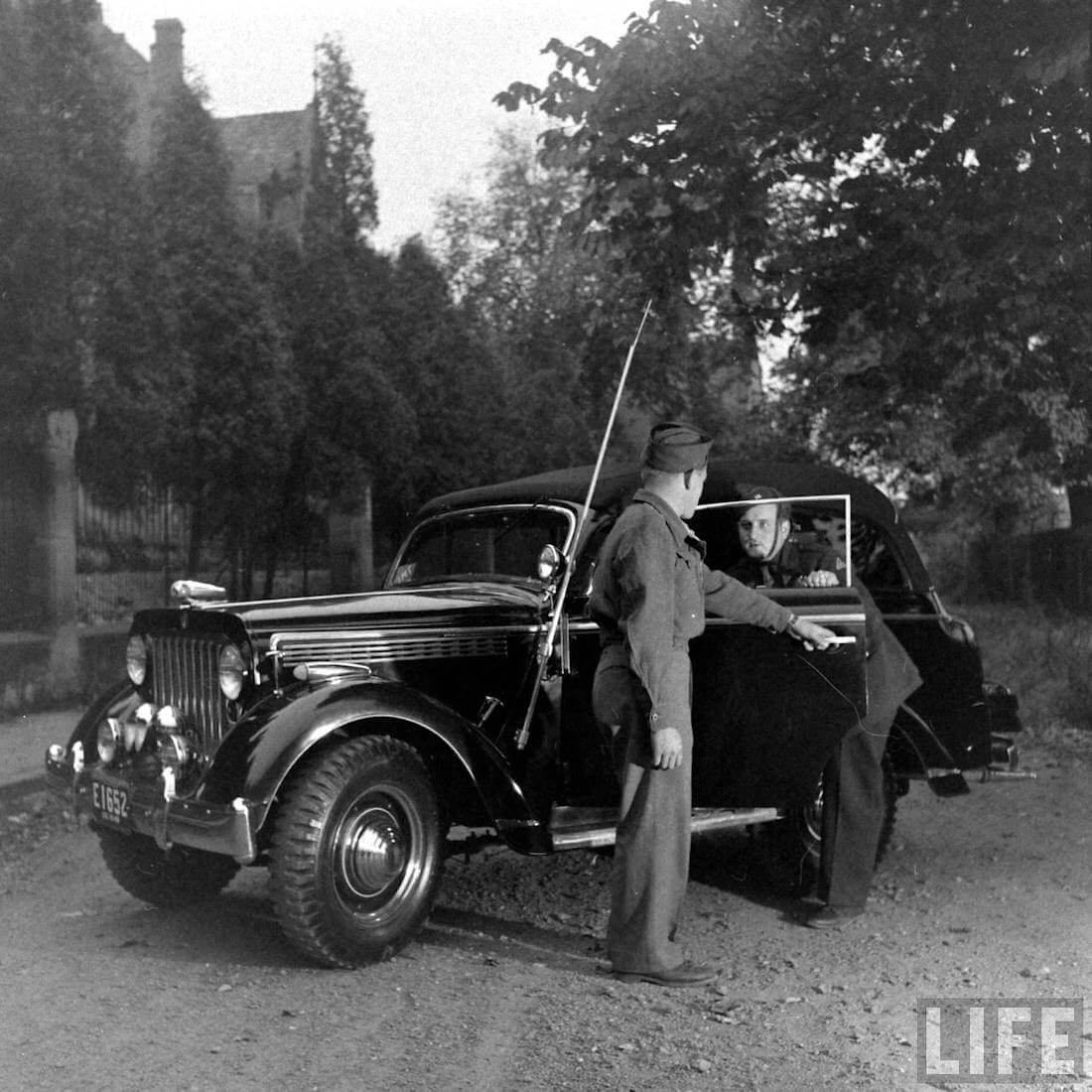 Walter Coch astuu rakentamaansa Willys maastoautoon Saksassa 1946. Kuva: Walter Sanders/Life.