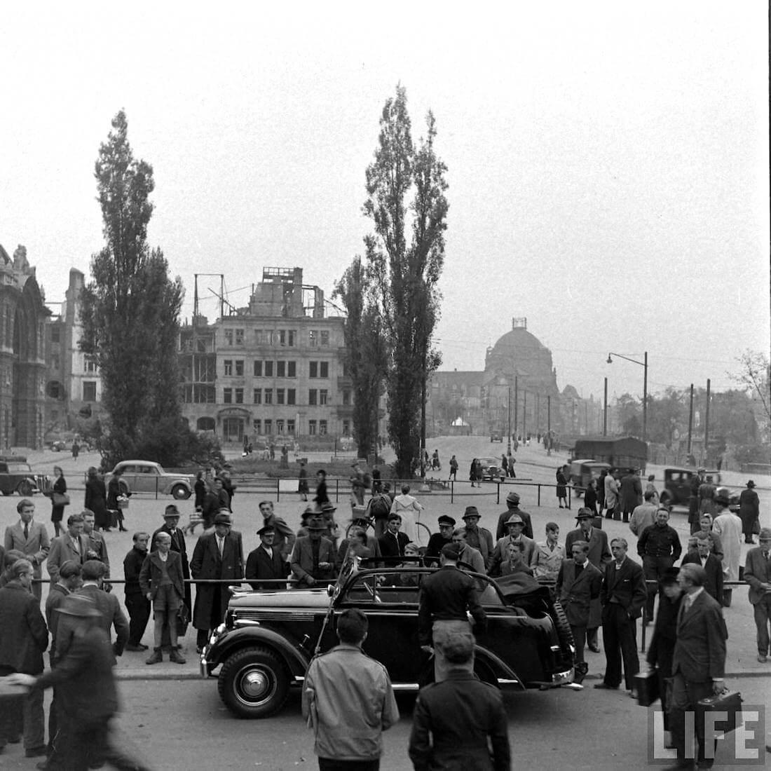Jeep Kuningas Walter Cochin Willys raunioituneessa saksalaisessa kaupungissa. Kuva: Walter Sanders/Life.