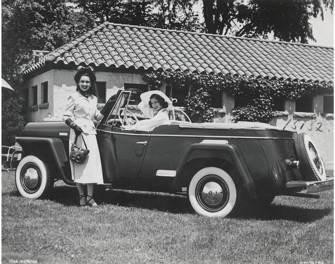Kaksi naista ja 1948 Willys Jeepster