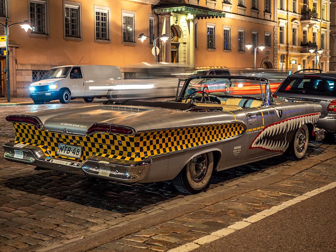 Customoitu hävittäjäteemainen 1958 Edsel Pacer Convertible Esplanadilla Helsingissä