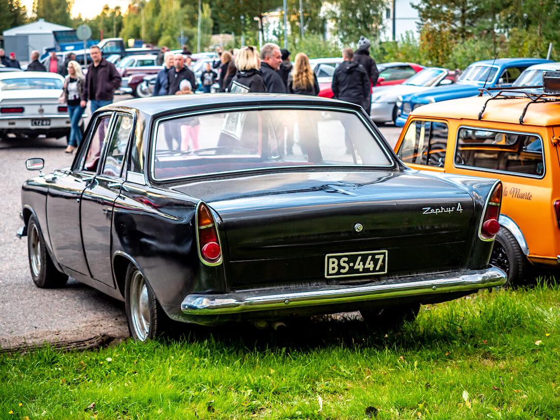 Musta 1963 Ford Zephyr 6 Mark III takaa