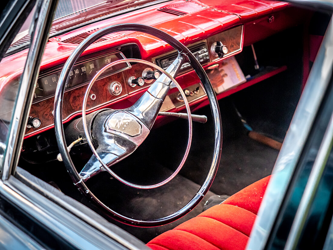 1963 Ford Zephyr 6 Mark III punainen kojelauta ja sisusta