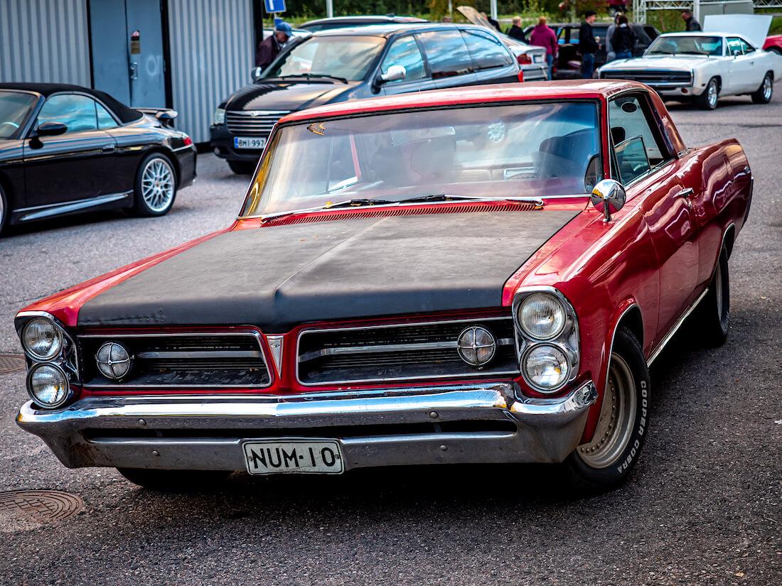 Punainen 1963 Pontiac Grand Prix edestä