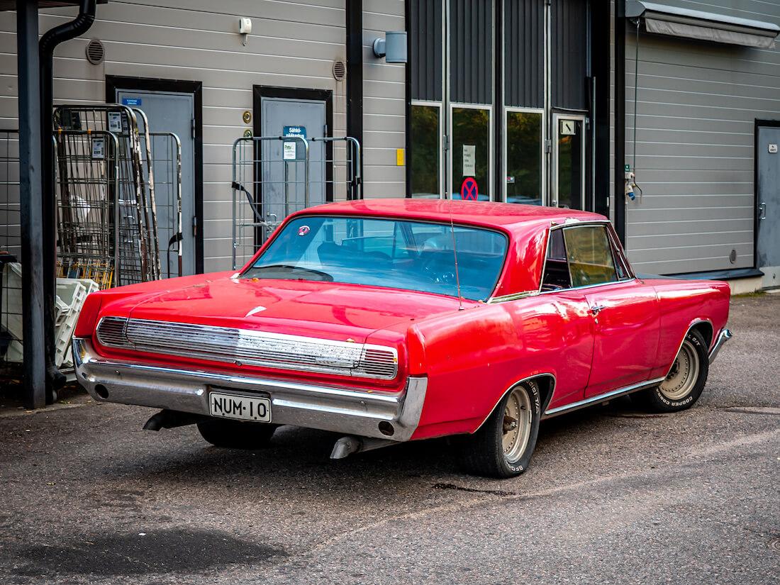 Punainen 1963 Pontiac Grand Prix takaa