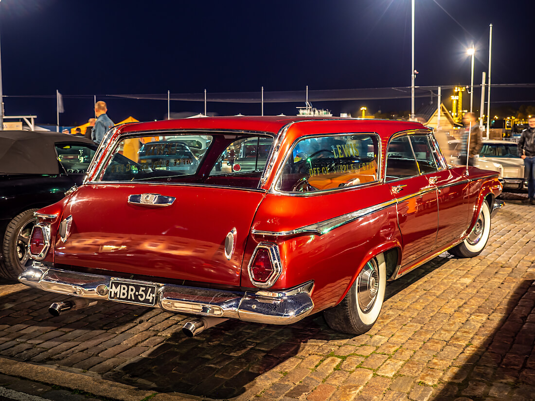 Punainen 1964 Chrysler Newport Town And Country museoauto Kauppatorilla