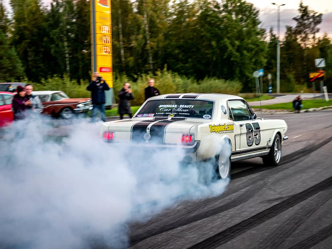 1965 Ford Mustang polttaa kumia