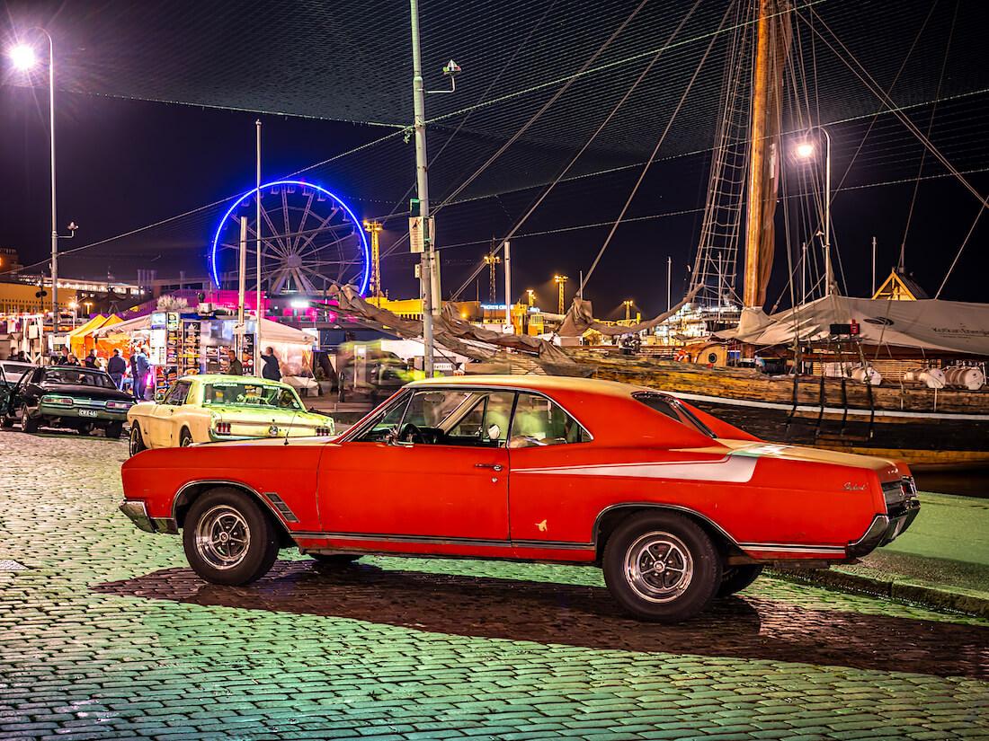 Punainen 1966 Buick Skylark jenkkiauto V8-moottorilla Stadin Cruising illassa