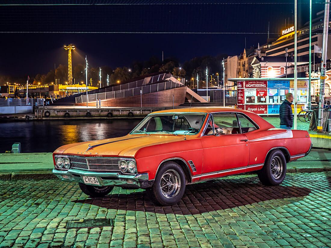 Punainen 1966 Buick Skylark jenkkiauto Kauppatorilla Helsingissä