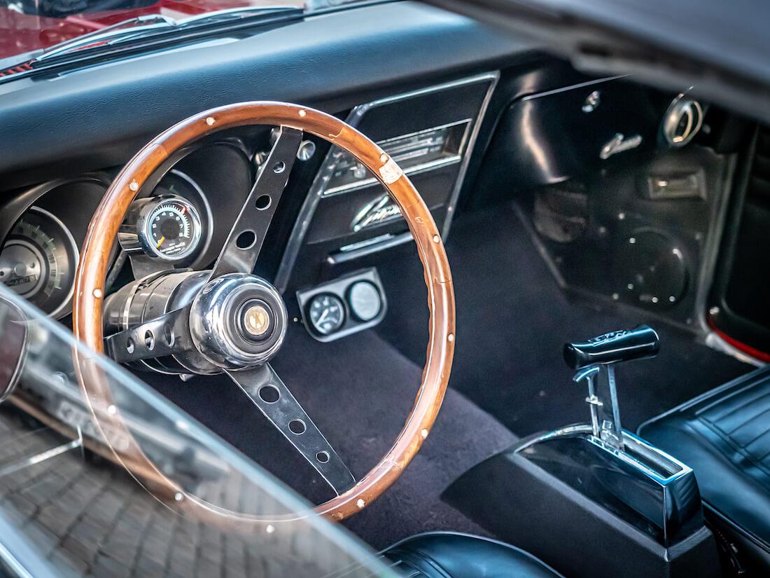 1968 Chevrolet Camaro jenkkiauton kojelauta ja ratti