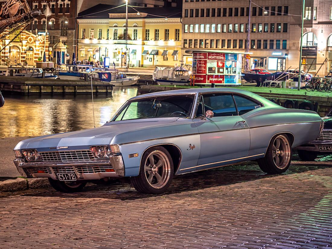Vaaleansininen 1968 Chevrolet Impala jenkkiauto Stadin Cruising tapahtumassa