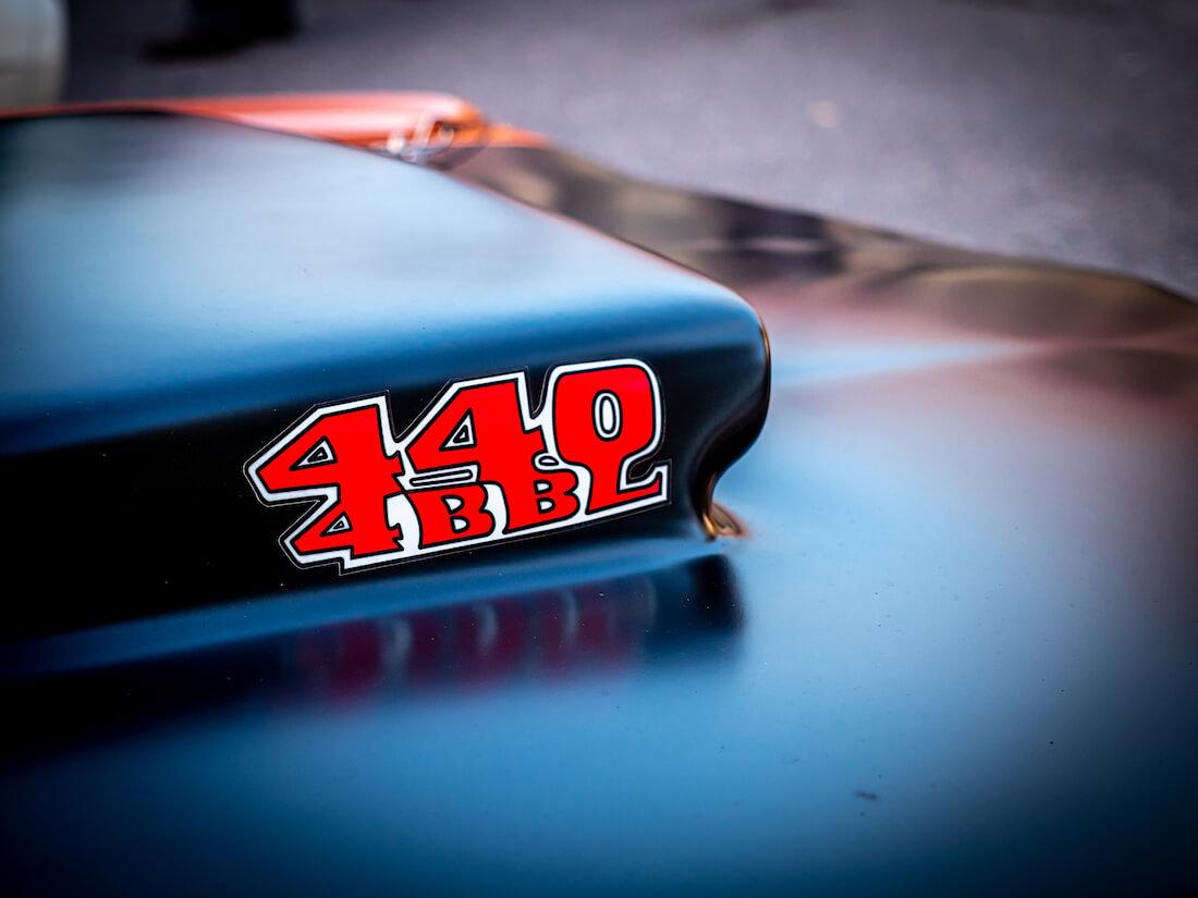 440 4BBL tarra Plymouth Road Runnerin konepellillä