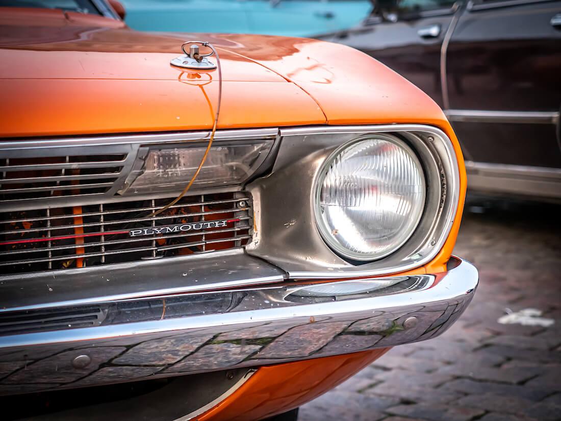 Plymouth merkki oranssin 1970 Barracudan keulassa
