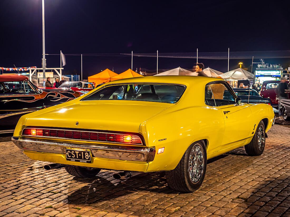 Keltainen 1971 Ford Torino Cobra Stadin Cruising-illassa