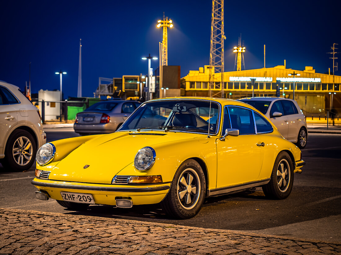 Keltainen 1972 Porsche 911T Helsingin Makasiiniterminaalilla
