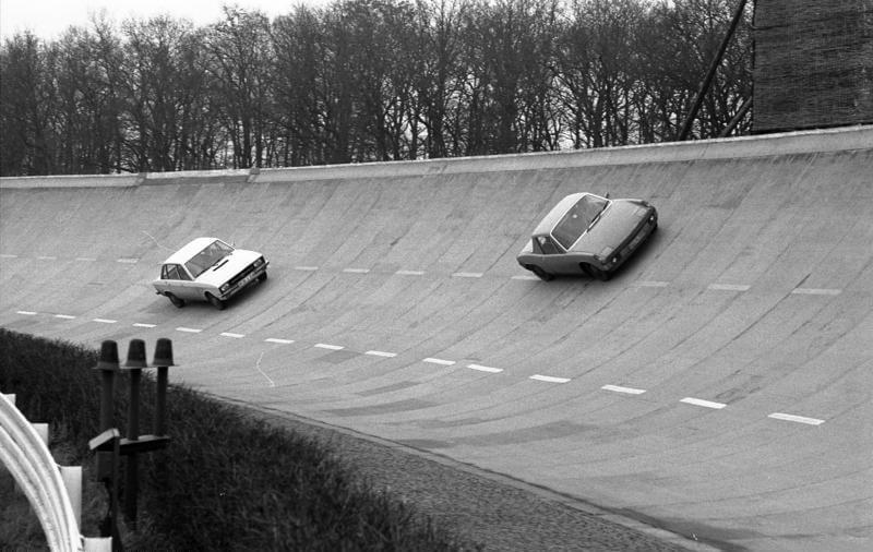 Volkswagen K70 ja Porsche 914 testiradalla. Kuva: Bundesarchiv Bild, CCBYSA30.