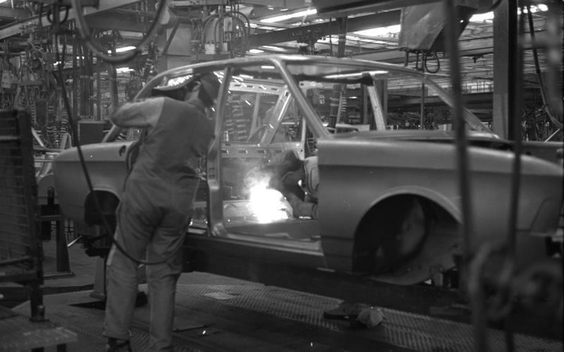 Volkswagen K70 auton korin hitsaus tehtaalla. Kuva: Bundesarchiv Bild.