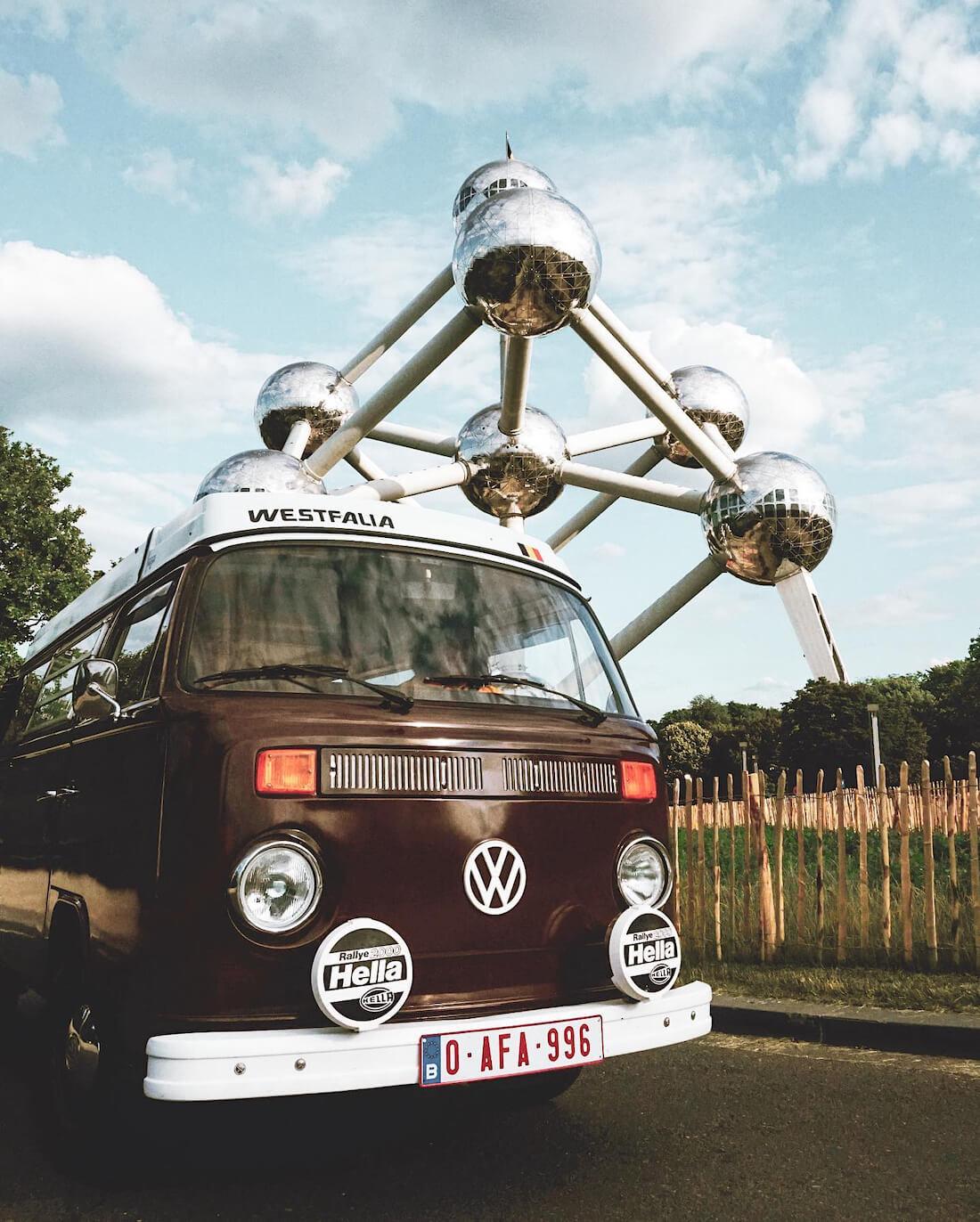 1975 Volkswagen Westfalia retkeiluauto Atoniumin edessä Brysselissä