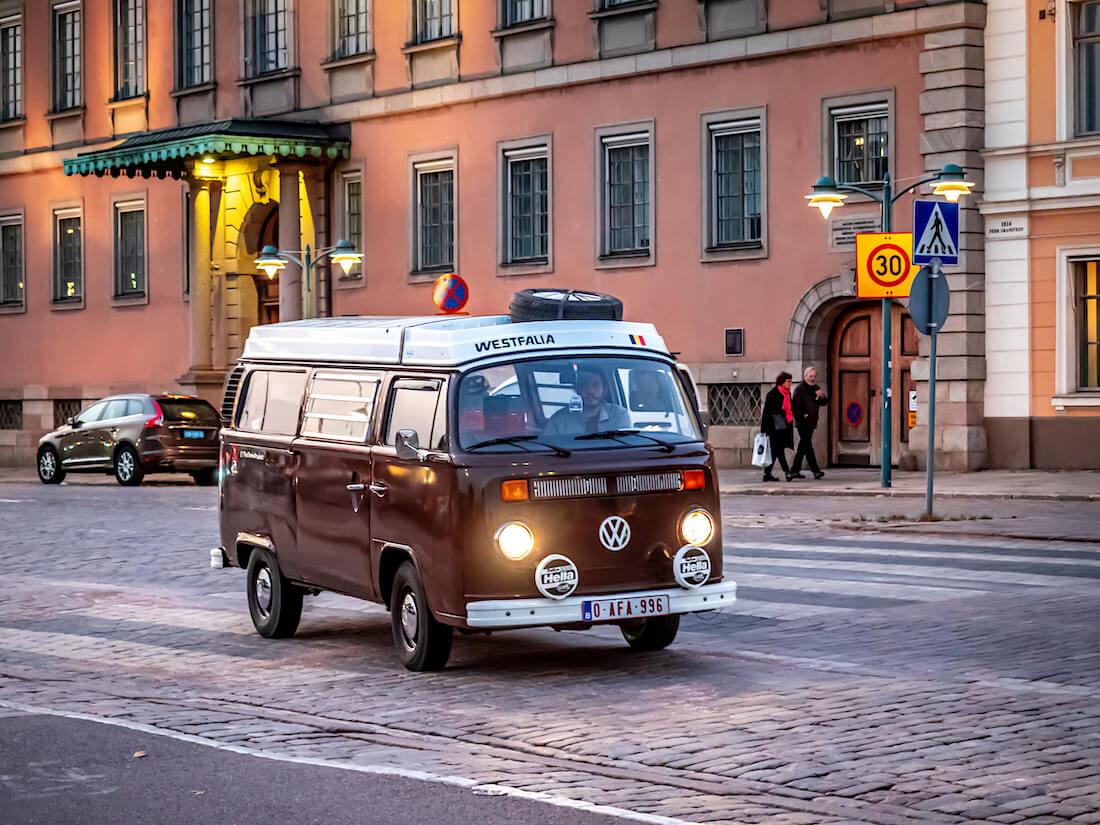 Ruskea Volswagen Westfalia retkeilyauto Esplanadilla