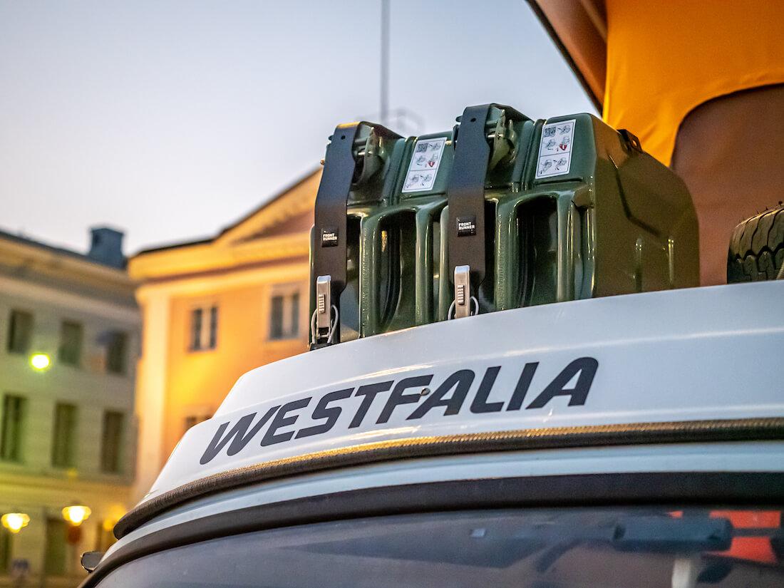 Westfalia-merkki VW T2 retkeilyauton nostokatossa