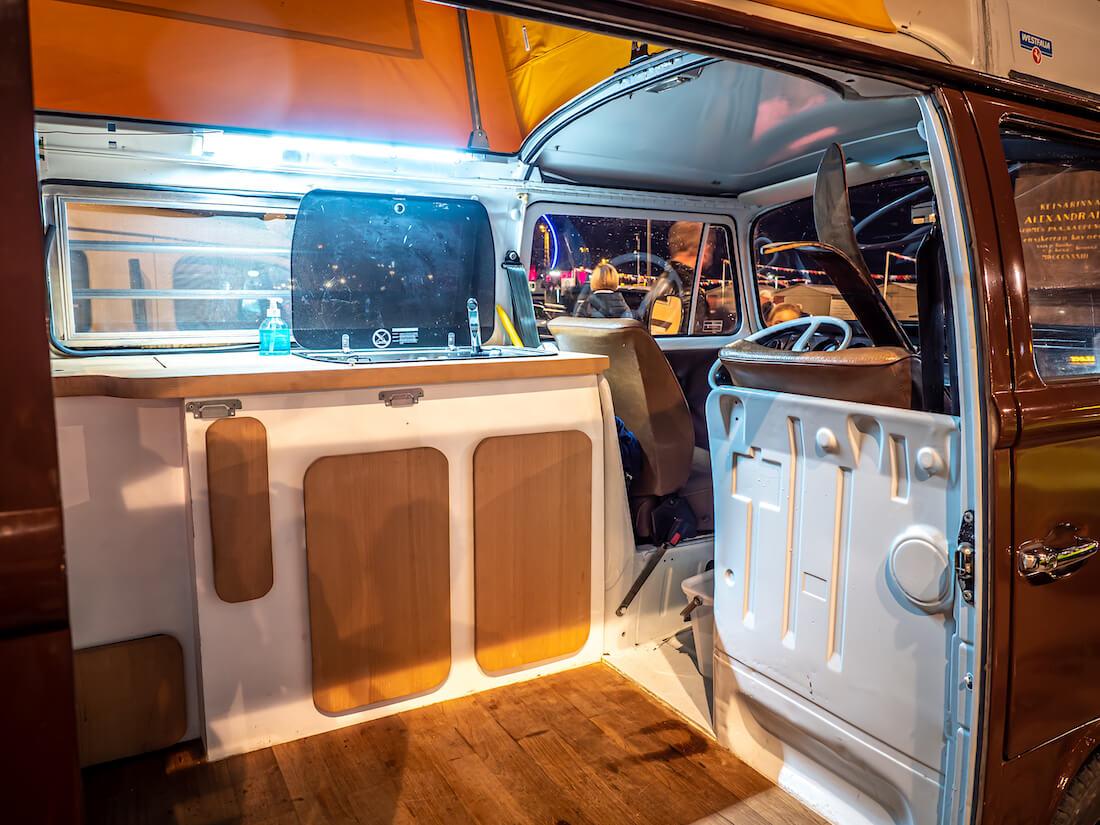 Antoine Rossignolin itse tekemä retkeilysisusta VW Transporterissa