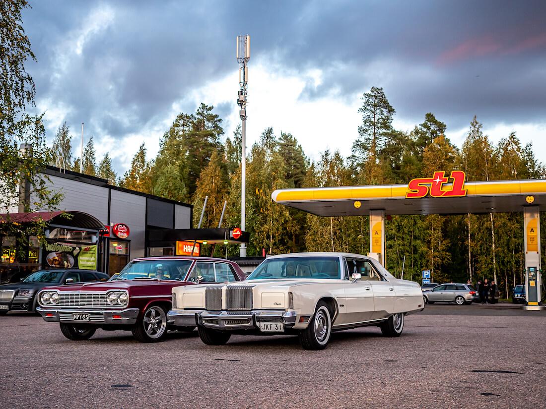 1977 Chrysler New Yorker Nummenkylän St1-aseman pihalla