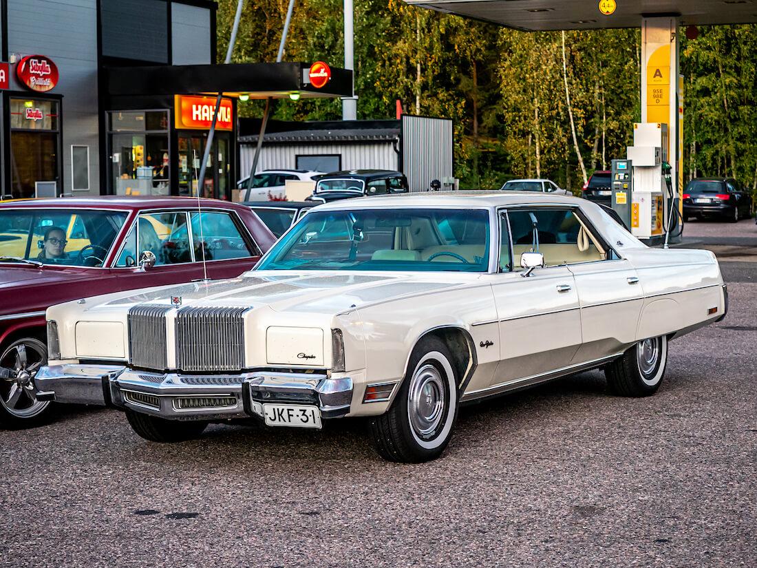 Valkoinen 1977 Chrysler New Yorker Brougham 440cid V8 luksusauto