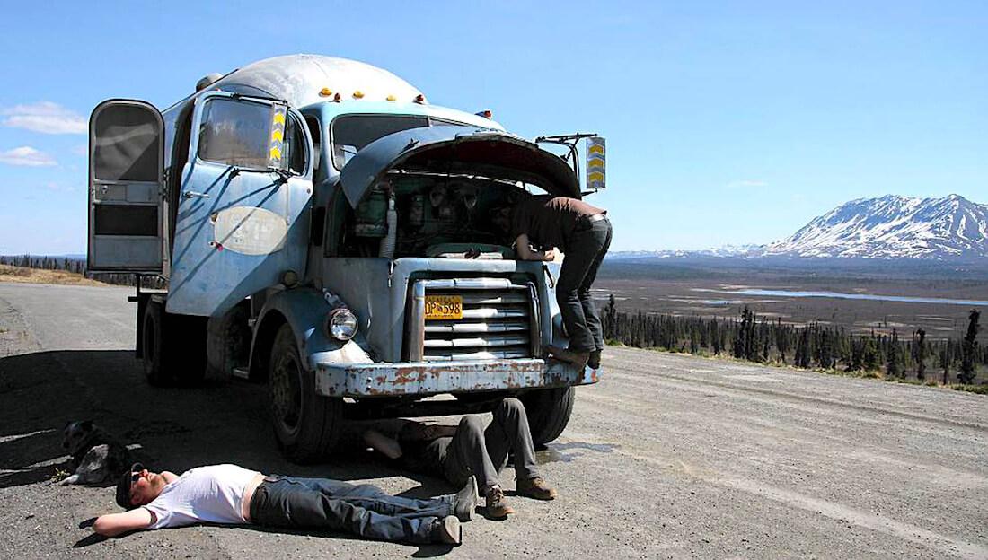 Hese Tolonen korjaa 1950 GMC kuorma-autoa Alaskassa. Kuva: Made Oy.