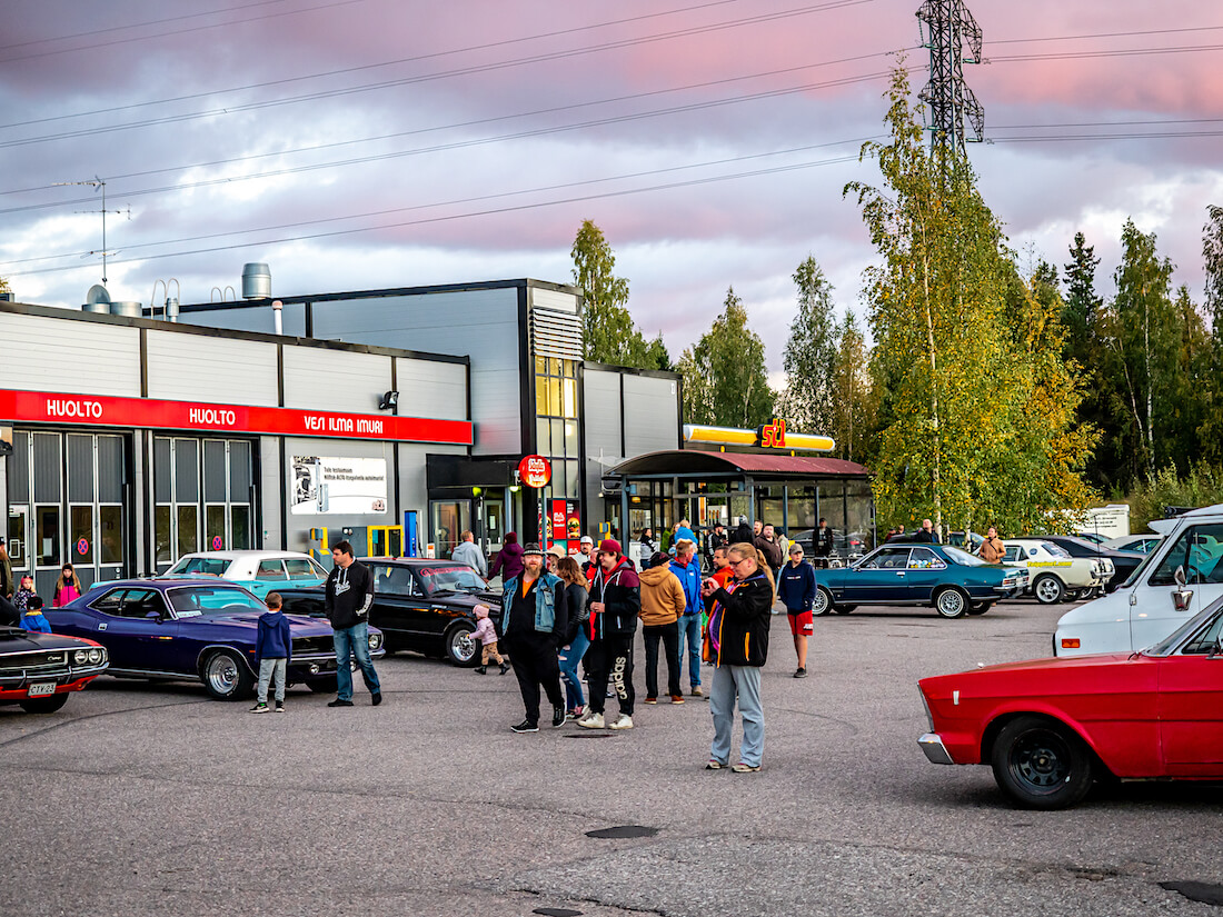 Jenkkiautoja ja ihmisiä Järvenpää Cruising tapahtumassa