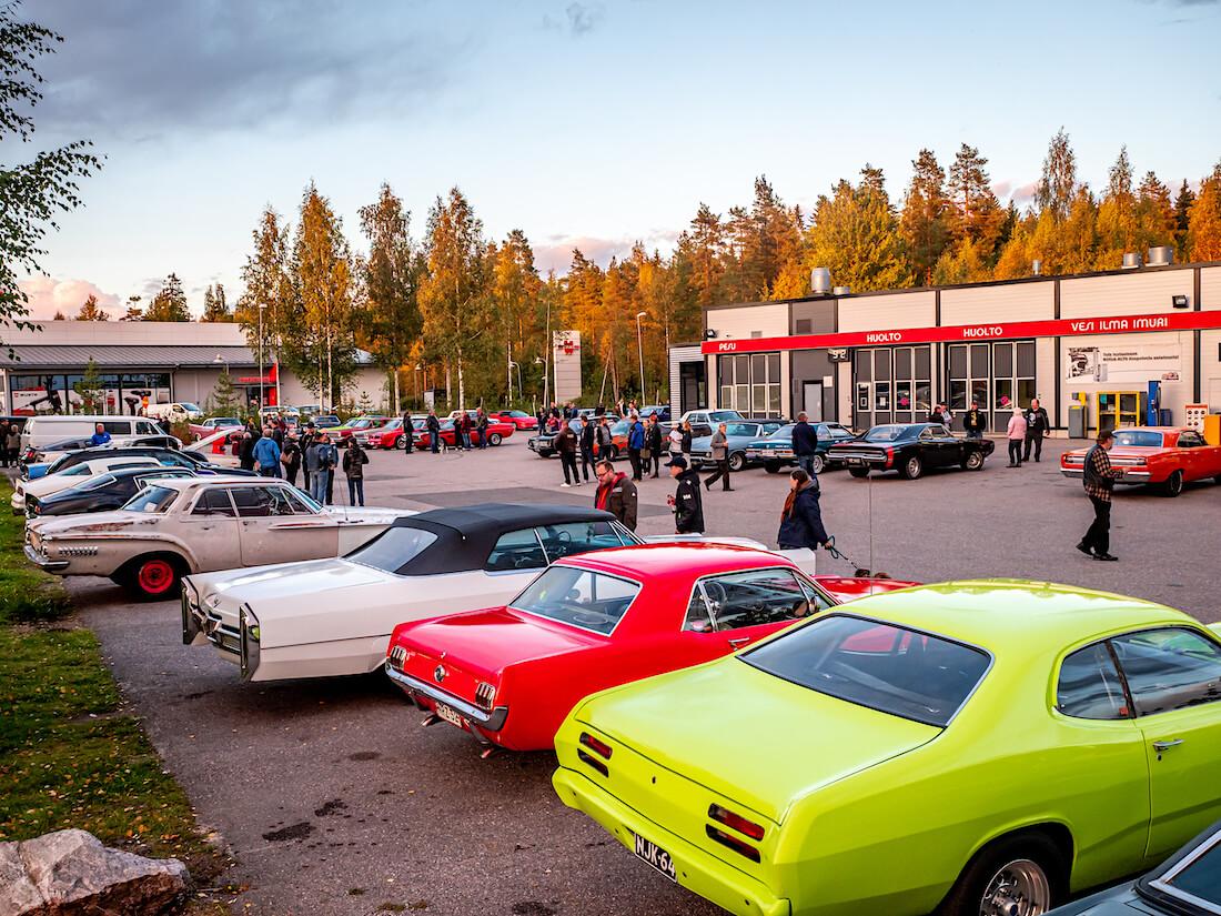 Jenkkiautoja Järvenpään Nummenkylän St1-aseman takapihalla