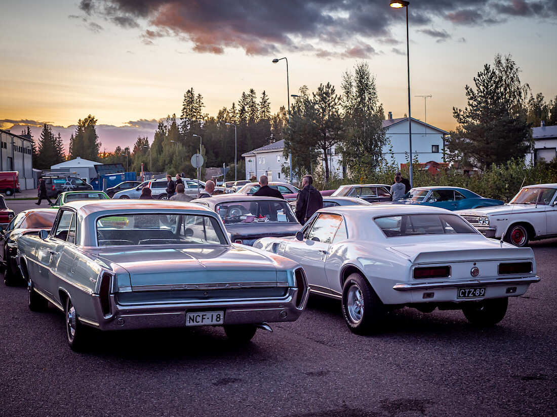 Jenkkiautoja auringonlaskussa Järvenpään Cruising-tapahtumassa
