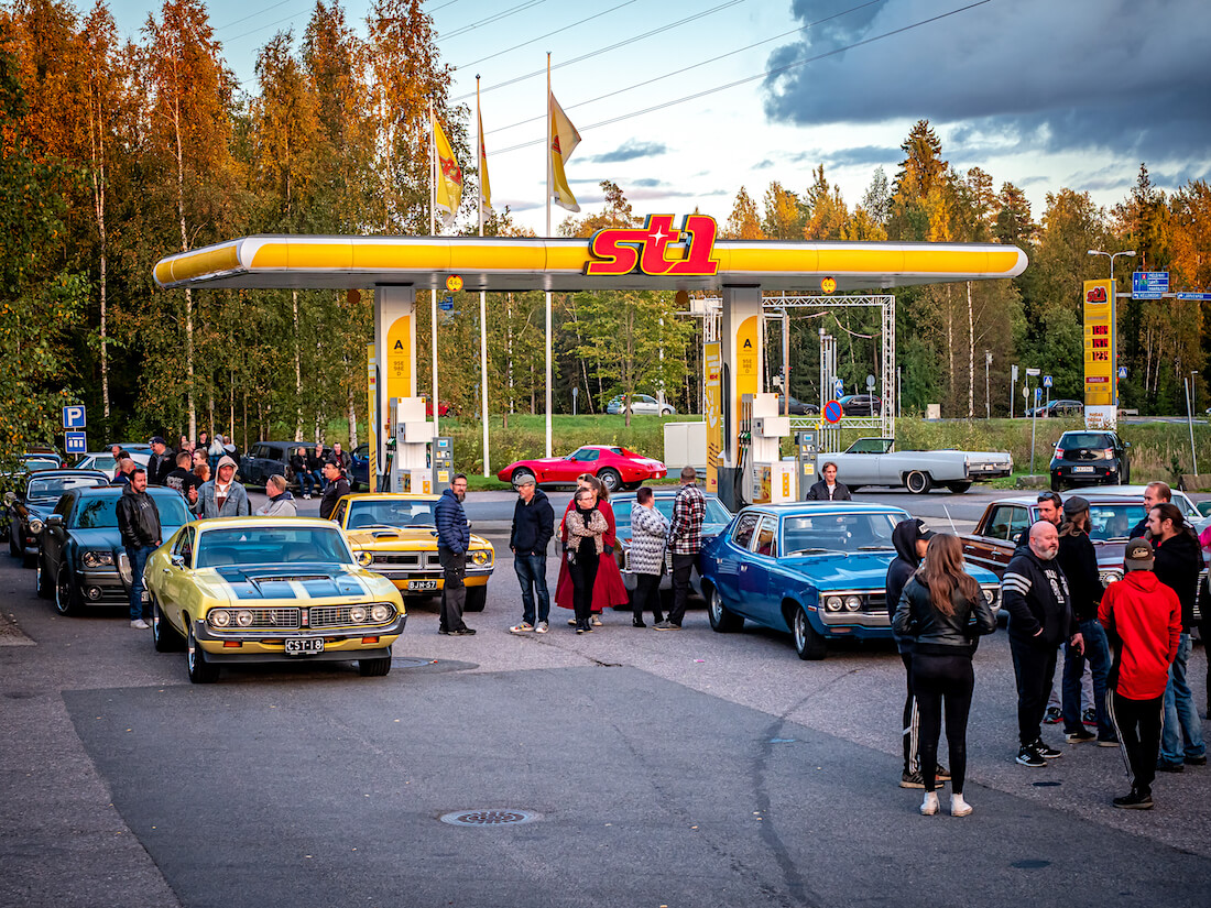 Cruising-tapahtuma Järvenpään Nummenkylän St1-asemalla