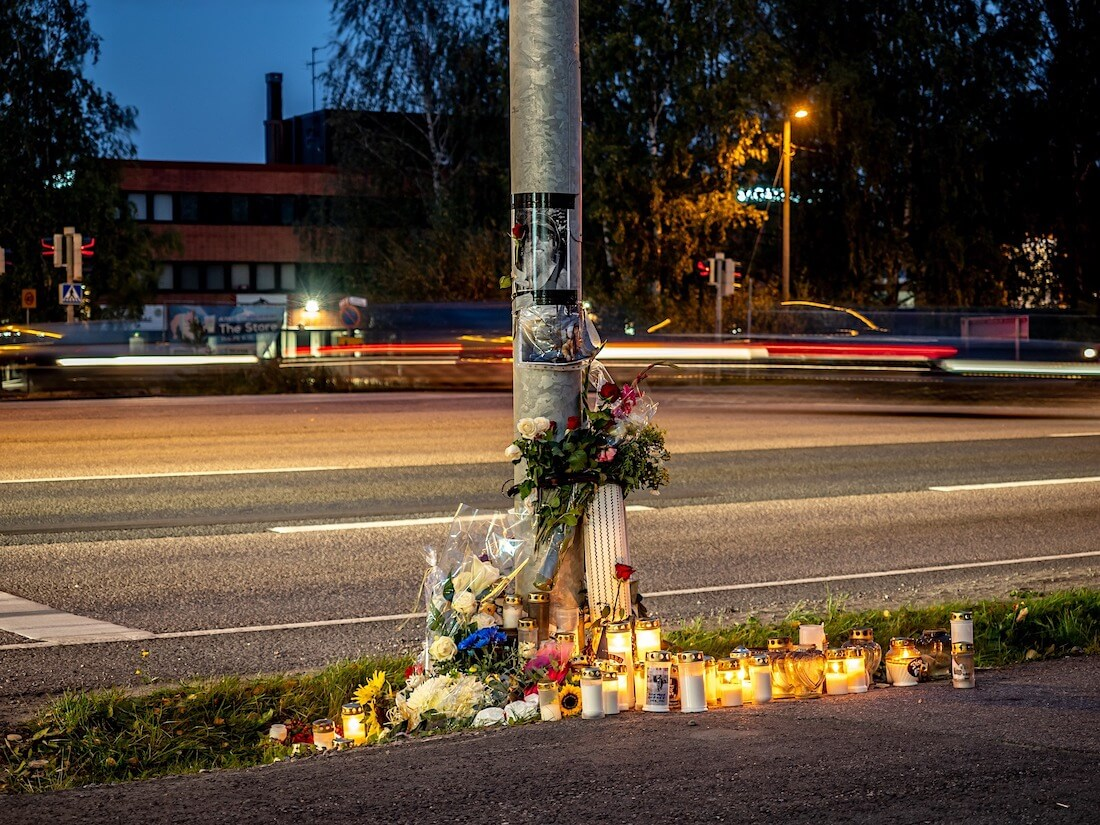 Palavia kynttilöitä Hese Tolosen onnettomuuspaikalla Konalassa