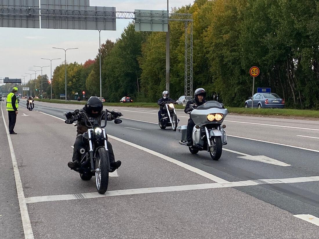 Motoristeja Heikki Hese Tolosen muistoajoissa Helsingissä