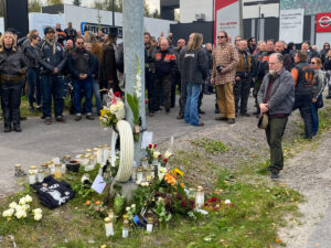 Hiljainen hetki Hese Tolosen onnettomuuspaikalla Vihdintiellä Helsingissä