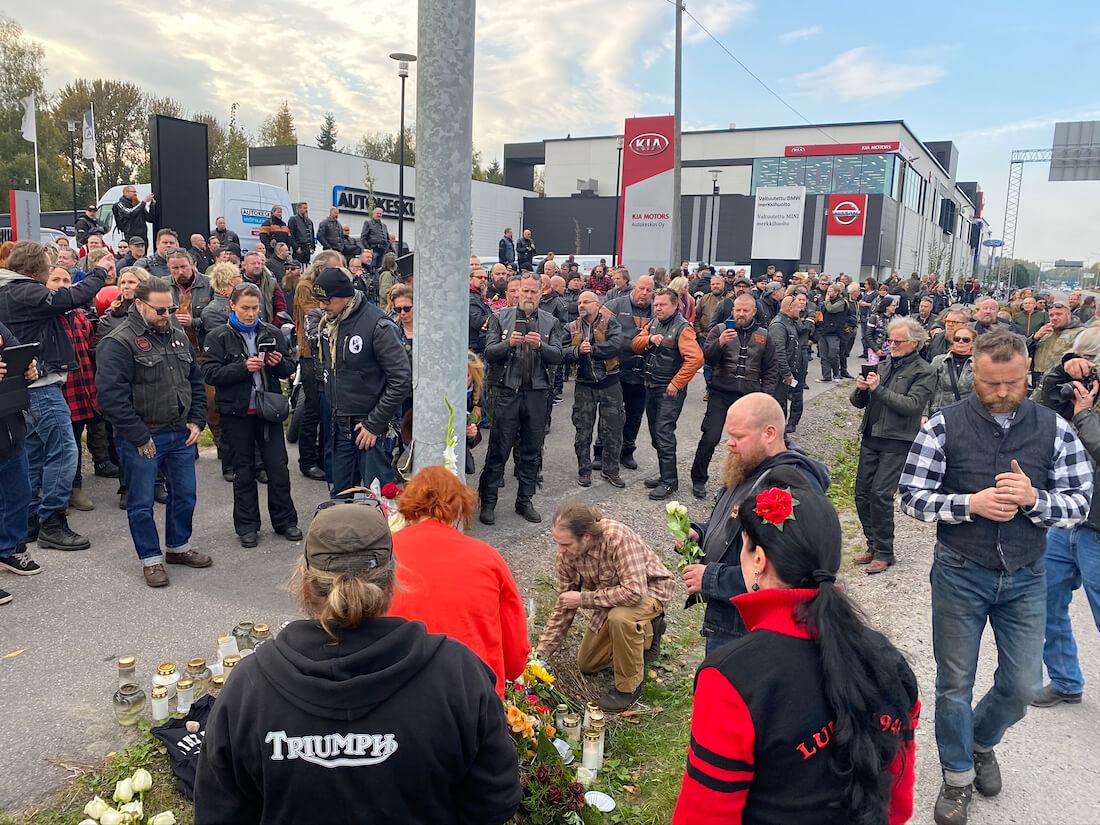 Motoristeja Hese Tolosen onnettomuuspaikalla Helsingin Konalassa