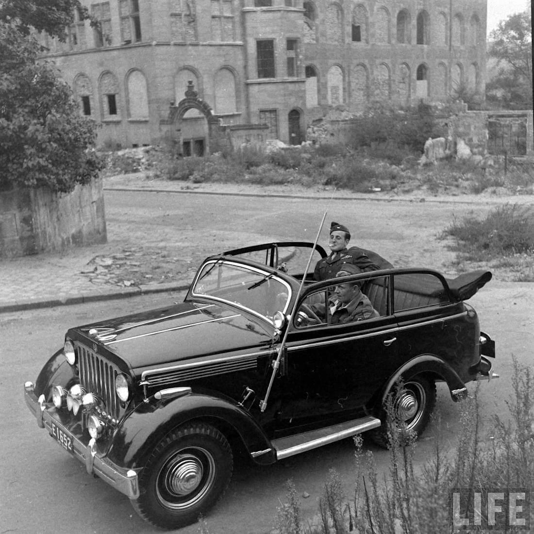 Walter Coch 1946 Coch-Willys maasturin kyydissä Saksassa. Kuva: Walter Sanders/Life.