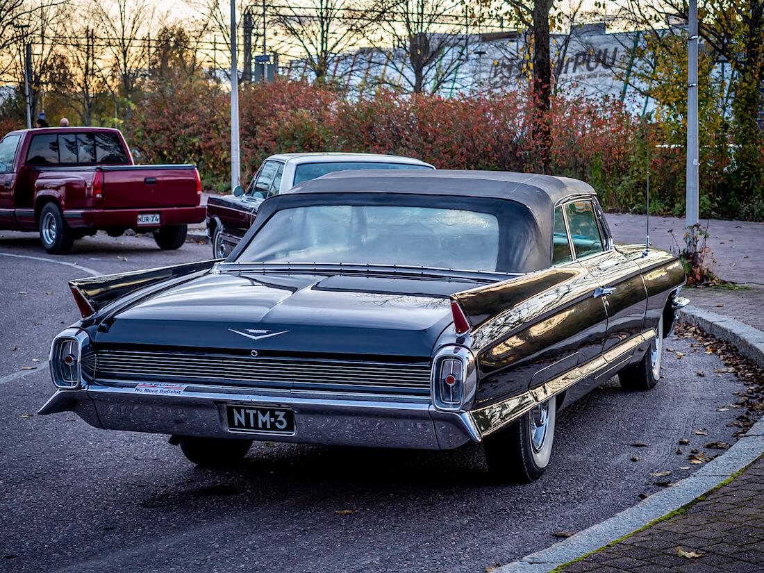 Vuosimallin 1962 Cadillac Series 62 avoauto takaa