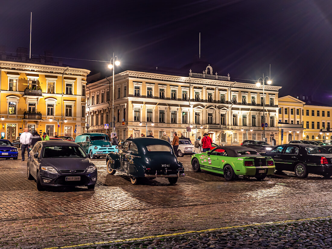 Jenkkiautoja Helsingin Kauppatorilla marraskuussa 2020