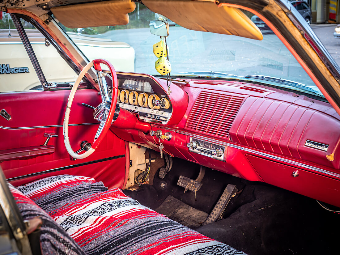 1962 Dodge Dart 440 punainen sisusta