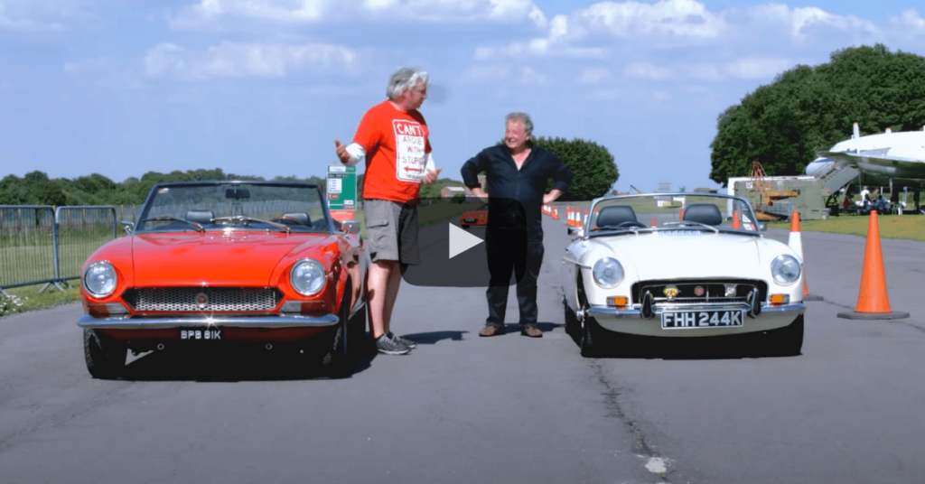 Edd China koeajaa Fiat 124 Spider klassikkoautoa. Kuva: New Vs Old Youtube.