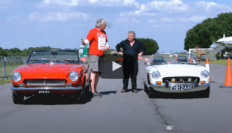 Edd China koeajaa Fiat 124 Spider klassikkoautoa. Kuva: New Vs Old Youtube.