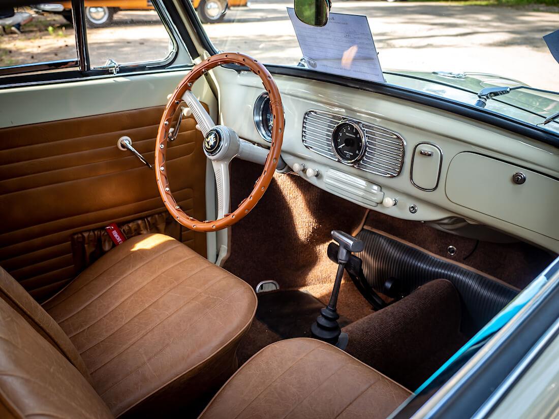 1956 Volkswagen Karmann avokuplan sisusta ja kojelauta