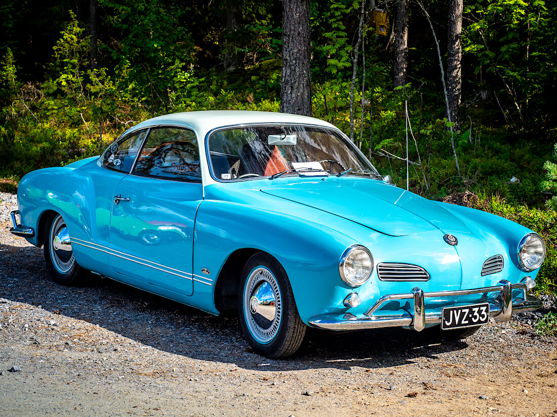 Sininen 1963 Volkswagen Karmann Ghia metsän reunassa
