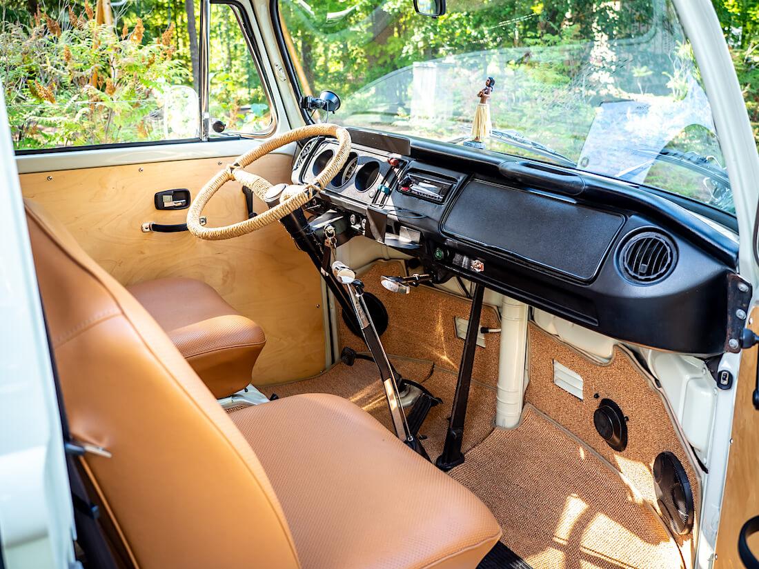 1970 Volkswagen pallokeulan ruskea ohjaamo
