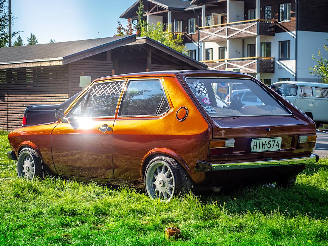 Kullanvärinen tuunattu 1977 Volkswagen Polo Mk1 1.3L