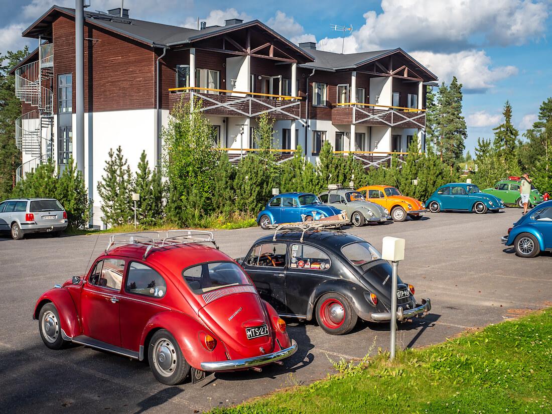 Kuplavolkkareita Sappeen hiihtokeskuksen hotellin parkkipaikalla