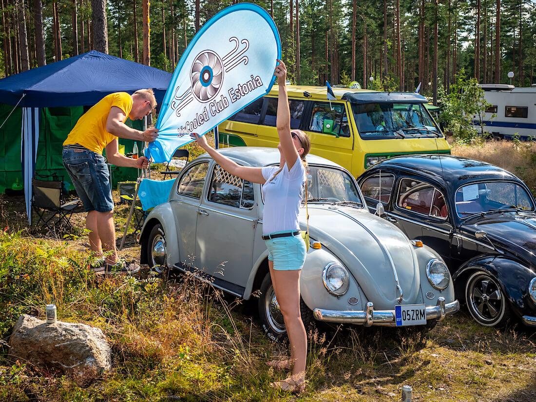Viron ilmajäähdytteisten autojen klubin Marje ja Silver asettavat lippua paikoilleen