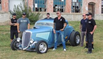 Gas Monkey Garagen tiimi ja 1932 Ford rodi. Kuva: Discovery